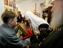 Екатерина Ильинская торжественно дарит икону Его Святейшеству